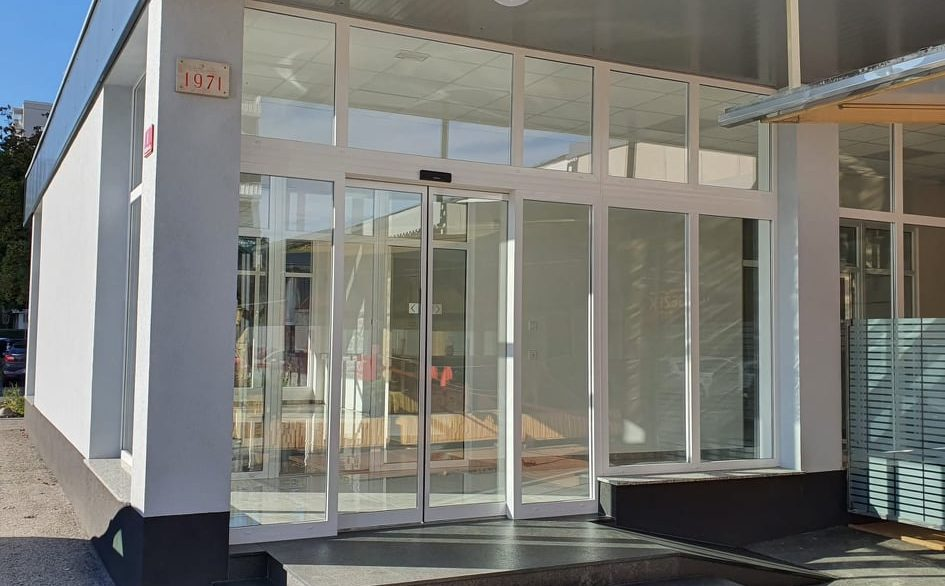 regentova sanitarije in vhod (2)