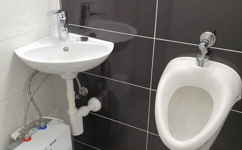 regentova sanitarije in vhod (6)